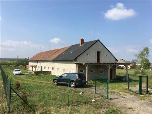 Budova s pozemkem o celkové ploše 9425 m2, v obci Vlkaneč, okres Kutná Hora